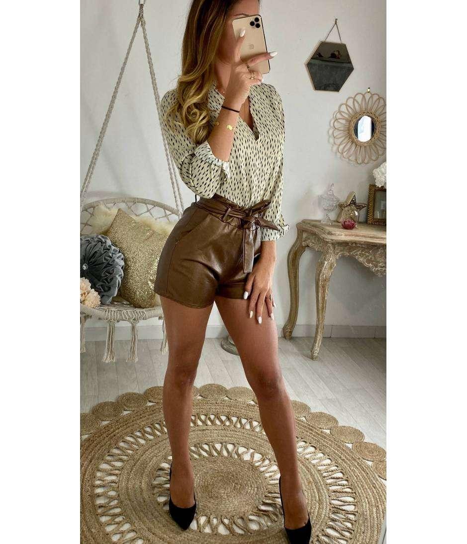 Mon short marron style cuir et sa ceinture