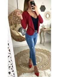 """Petite veste rouge foncé """"zippée""""."""