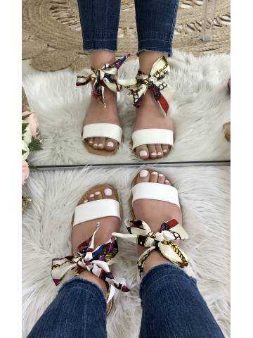 Mes jolies sandales blanches et foulard