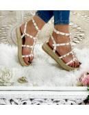 Mes sandales blanches à plateau cloutées et dorées